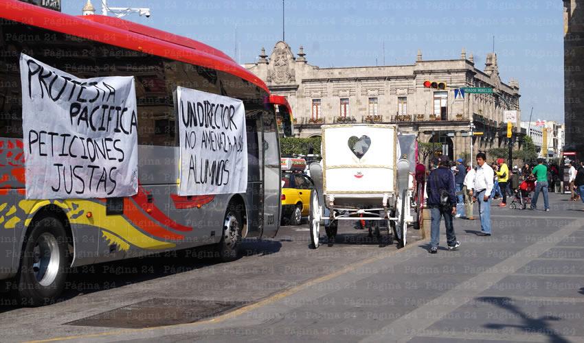 Los estudiantes llegaron al Centro en dos camiones en los que se desplegaban mantas con mensajes de inconformidad hacia su director José Ascencio Mozqueda de quien piden su destitución/Fotos: Francisco Tapia