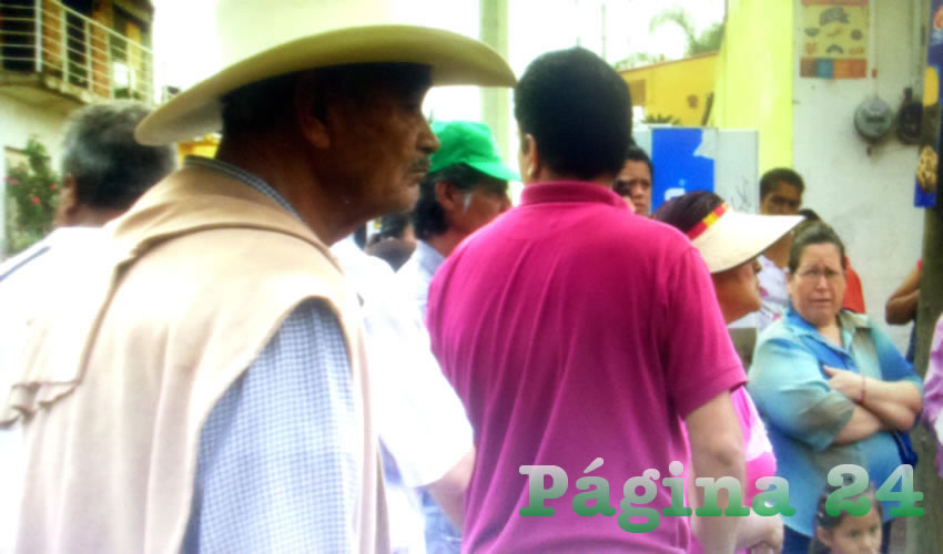 Tal como advirtieron, alrededor de 100 personas se plantaron en la carretera a El Salto para bloquearla; sin embargo, fueron interceptados por personal del ayuntamiento que prometió restablecer el servicio de agua que los inconformes exigían/Fotos: Rafael Hernández Guízar