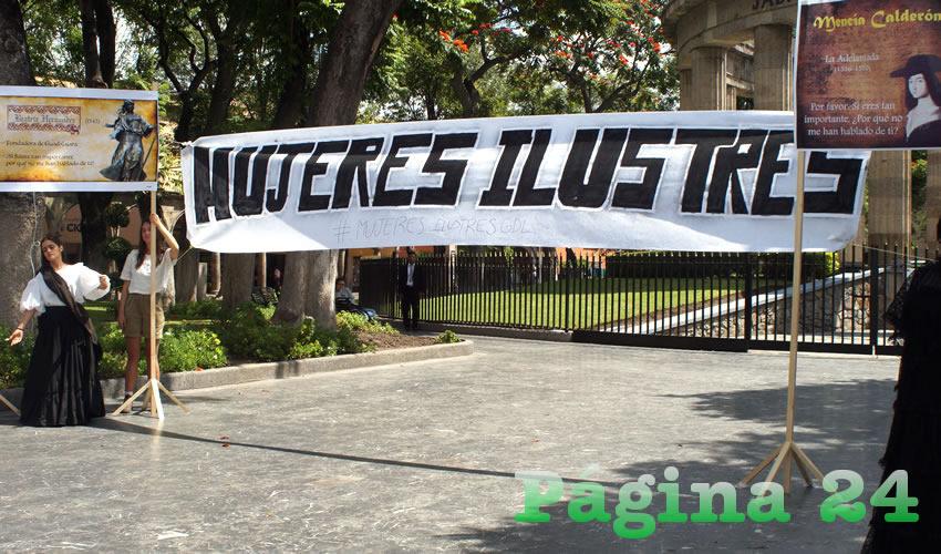 """Cerca de 30 alumnos montaron la exposición """"Mujeres ilustres"""" en la Rotonda tapatía/Fotos: Francisco Tapia"""