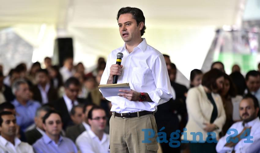 """En uno de los eventos a los que asistió en Jalisco, Aurelio Nuño fue recibido por profesores que le gritaron consignas como: """"Los maestros y este puño tumbarán a Aurelio Nuño"""", """"Va a caer, va a caer, la reforma va a caer"""", """"¡Asesino!"""", """"Diálogo, diálogo"""", a lo que el funcionario respondió: """"Les agradezco mucho el que estén aquí, el que hayan expresado sus comentarios, gracias, gracias señores maestros""""/Foto: Cuartoscuro"""