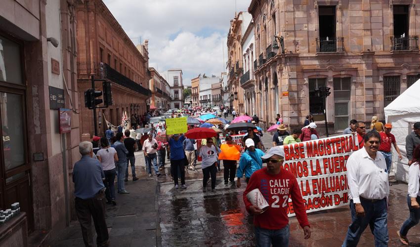 La marcha a la que convocó el magisterio disidente inició poco antes del mediodía frente a la Unidad Académica de Ingeniería de la UAZ, donde el contingente se incorporó rápidamente al bulevar Adolfo López Mateos