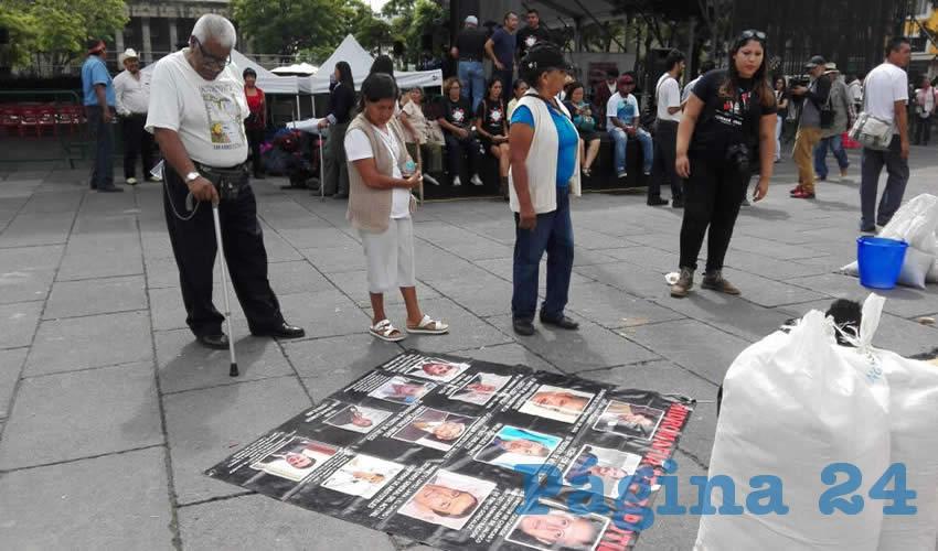 """En una manta colocada en la Plaza Liberación, los activistas señalaron con nombre y fotografía a """"los criminales que han generado ecocidios y que se esconden detrás del poder/Foto: Francisco Tapia"""