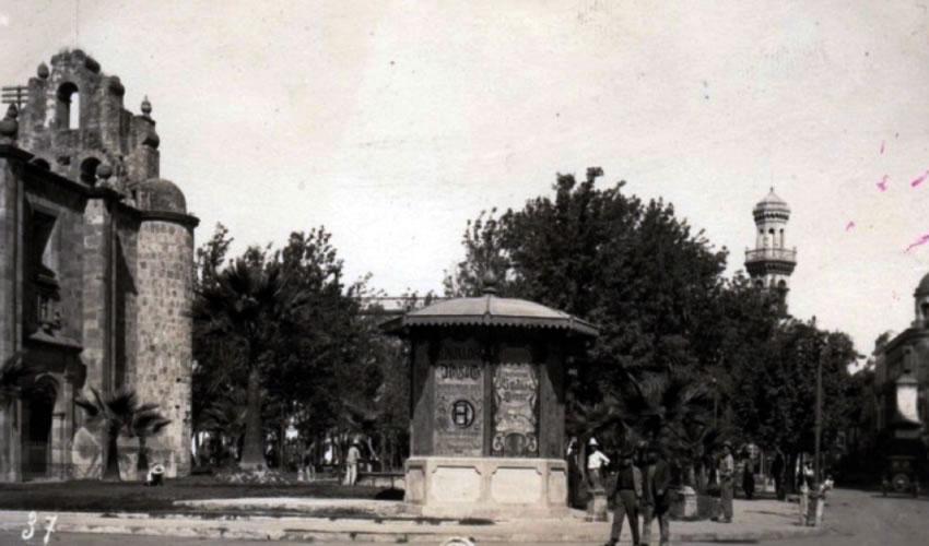 La plaza de Mexicaltzingo hace un siglo; hoy se pretende realizar un estacionamiento subterráneo en la zona, por capricho de un alcalde y un cacique/Foto: Cortesía