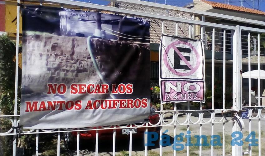 """La oposición al proyecto es tangible en la zona, donde casas y comercios cuelgan mantas con la negativa al """"flamante"""" proyecto"""