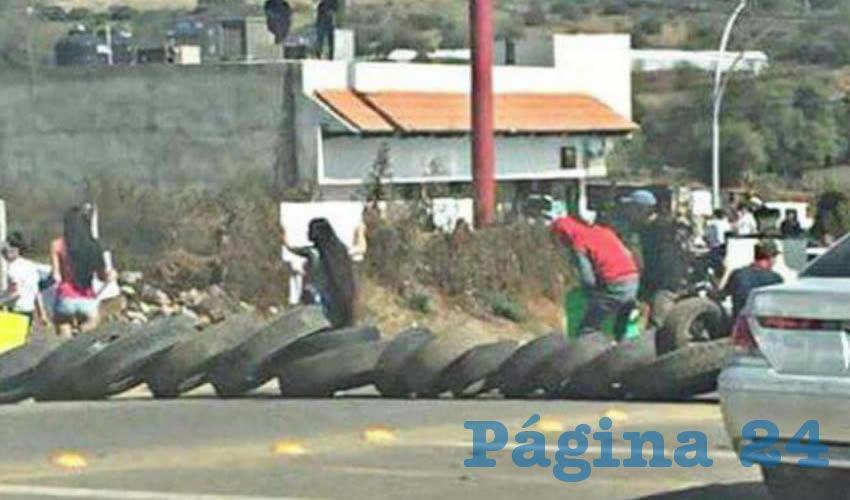 Unas 40 personas se plantaron en la carretera a Mazamitla para bloquearla en protesta por la presencia de fuerzas federales en la región; para impedir el paso, los inconformes colocaron llantas en el tramo Mazamitla-Tuxcueca/Foto: Especial