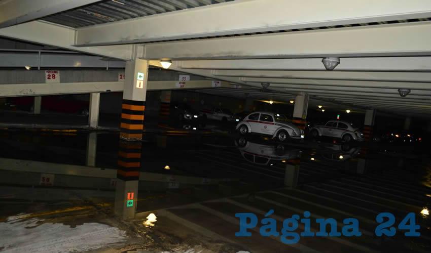 El estacionamiento del lugar, donde se encuentran apartados vehículos del ayuntamiento, se mantiene con eternos charcos que simulan lagos artificiales