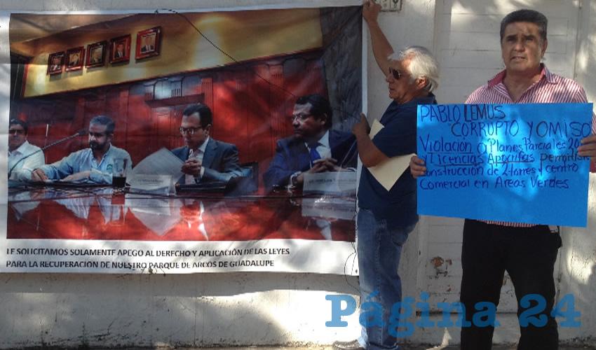 De último momento el alcalde con licencia y aspirante al gobierno municipal se echó para atrás y no se presentó en rueda de prensa en su casa de campaña, donde lo esperaban decenas de vecinos de Arcos de Guadalupe para confrontarlo por sus malas decisiones como mandatario/Fotos: Francisco Tapia