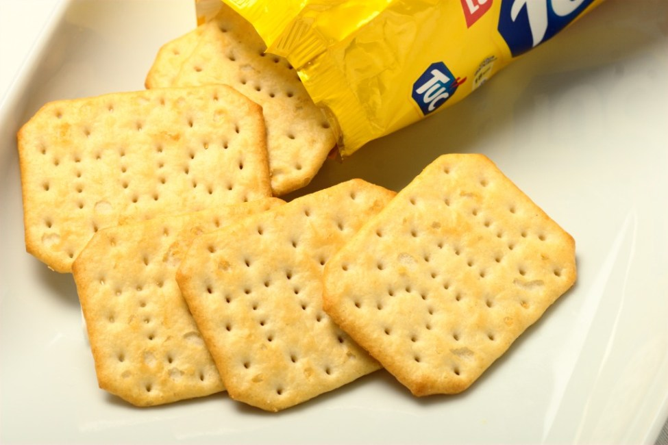 Tuc_Crackers_On_Plate_With_Packing_2012