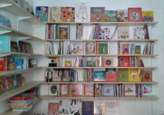 Lapsus è un piccolo caffè-libreria dove trovare albi illustrati per bambini, libri di narrativa per ragazzi e giochi educativi per i più piccoli.