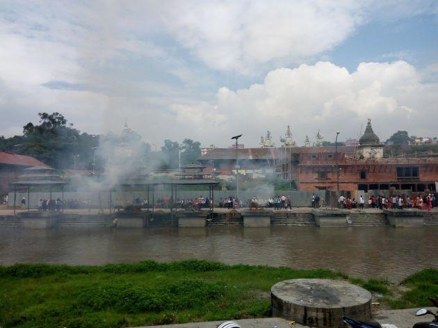 Cremazioni sul fiume Bagmati
