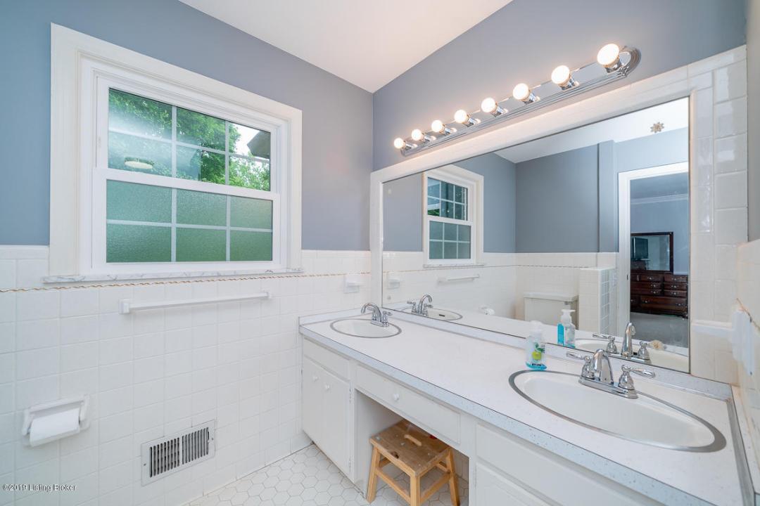 13 Canterbury Dr, Louisville, Kentucky 40220, 3 Bedrooms Bedrooms, 10 Rooms Rooms,3 BathroomsBathrooms,Residential,For Sale,Canterbury,1532332