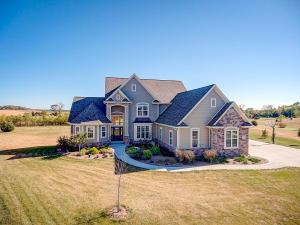 Property for sale at N81W33611 Chicory Ct E, Oconomowoc,  WI 53066