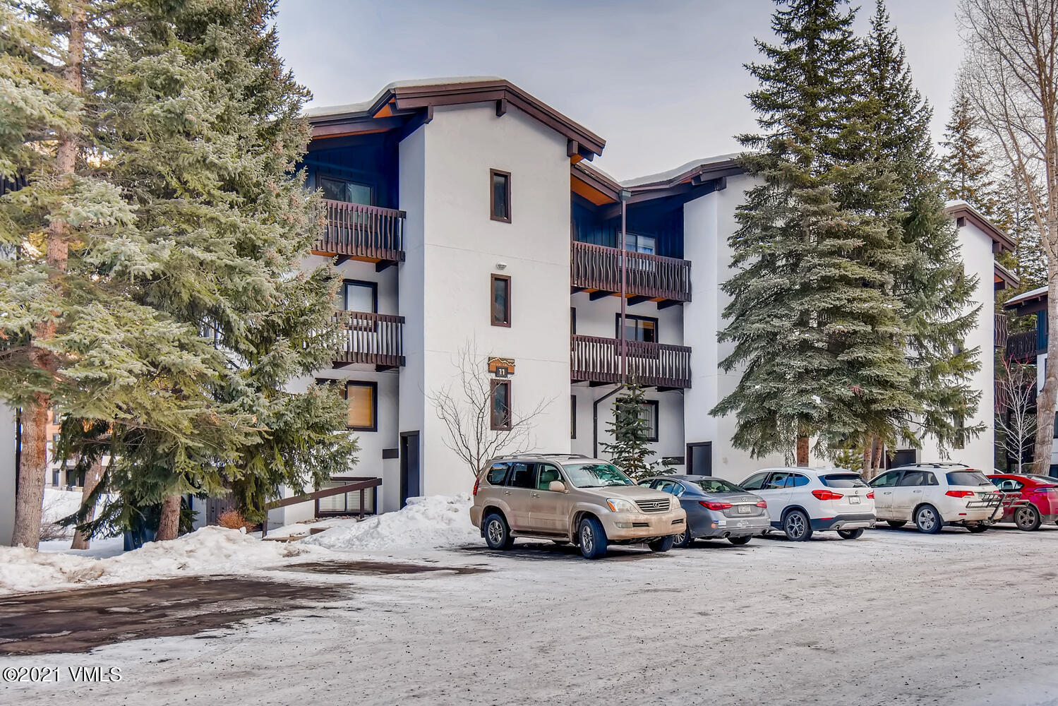 Own a slice of ski paradise in this beautiful fully furnished Vail Racquet Club condo. This gorgeous completely renovated unit sits in Bldg 11, which has a beautiful creek-side setting, close proximity to the clubhouse and amenities, which include pool, spa, fitness center, eight tennis courts, on site front desk, and restaurant and bar.  And getting to the slopes is a cinch with a short walk to the free Town of Vail bus service.  Pets are allowed, and owners can do short term rentals through the on site management.