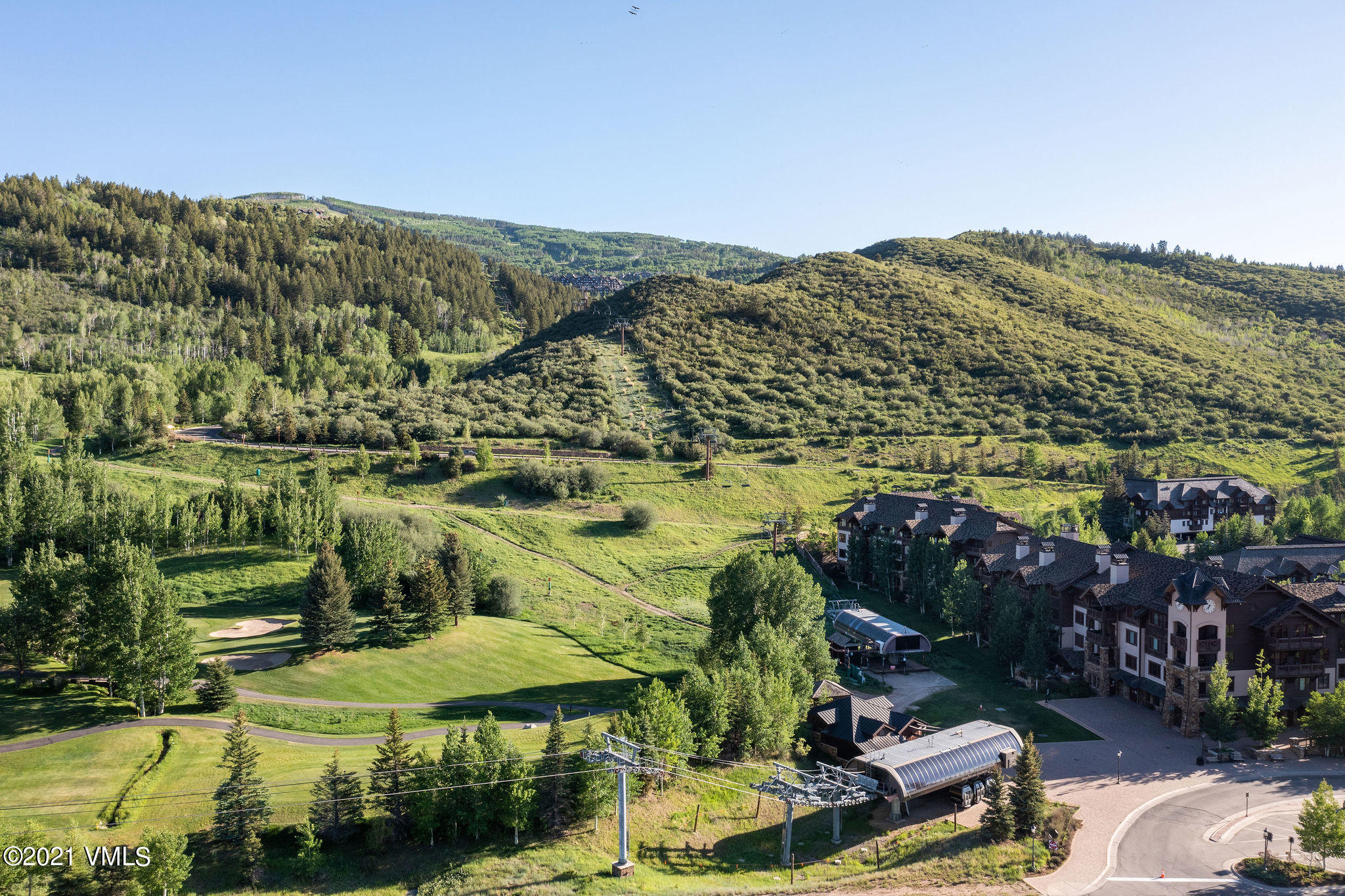 Rare ski-in slope-side Penthouse and ready to move in. This residence is fully furnished with on site management, outdoor pool, workout facility and underground parking. Enjoy the convenience of ski-in ski-out in Beaver Creek with Chair 15 just steps away. High rental potential already in place.