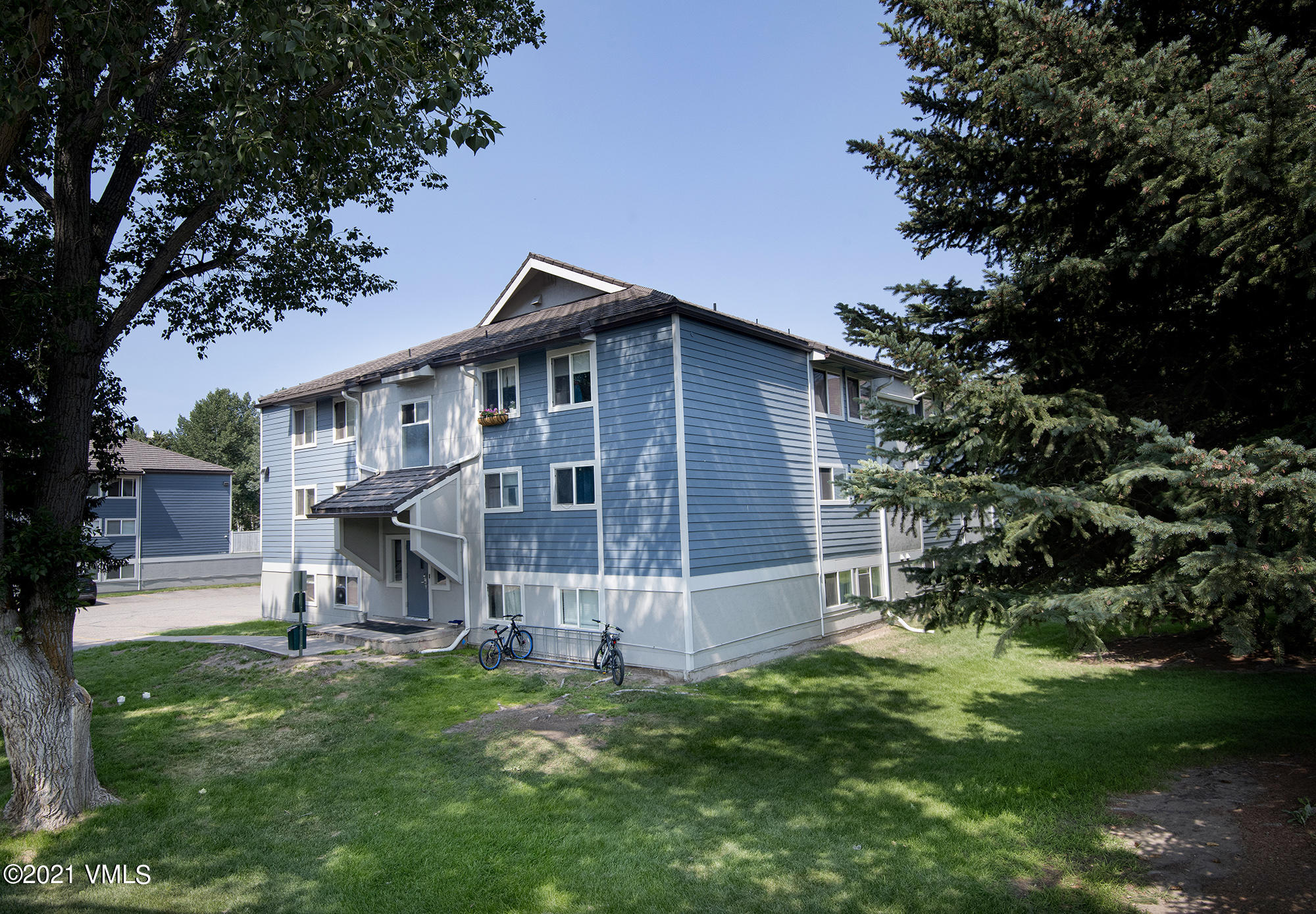 2 Bed one Bath corner top floor apartment with separate kitchen from living - dining area.Convenient location close to park, bus stop, library, recreation center, bike path and parking to Beaver Creek.