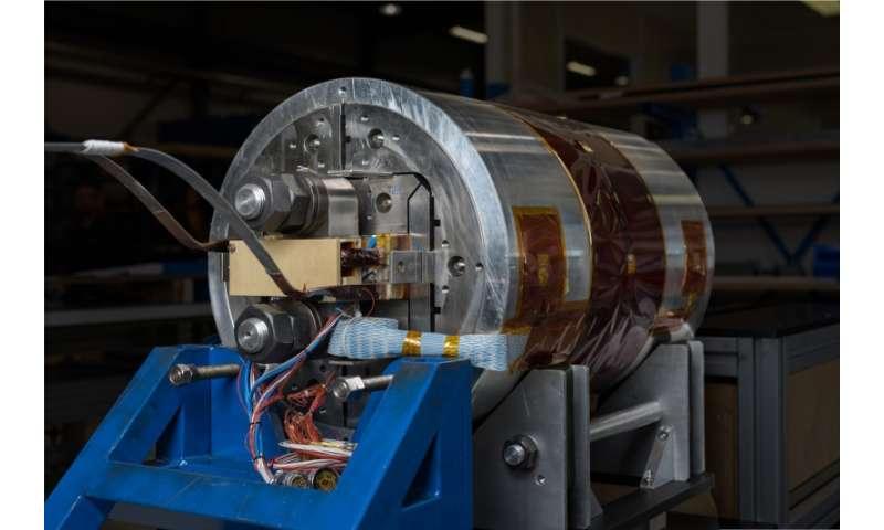 Test racetrack dipole magnet produces record 16 tesla field