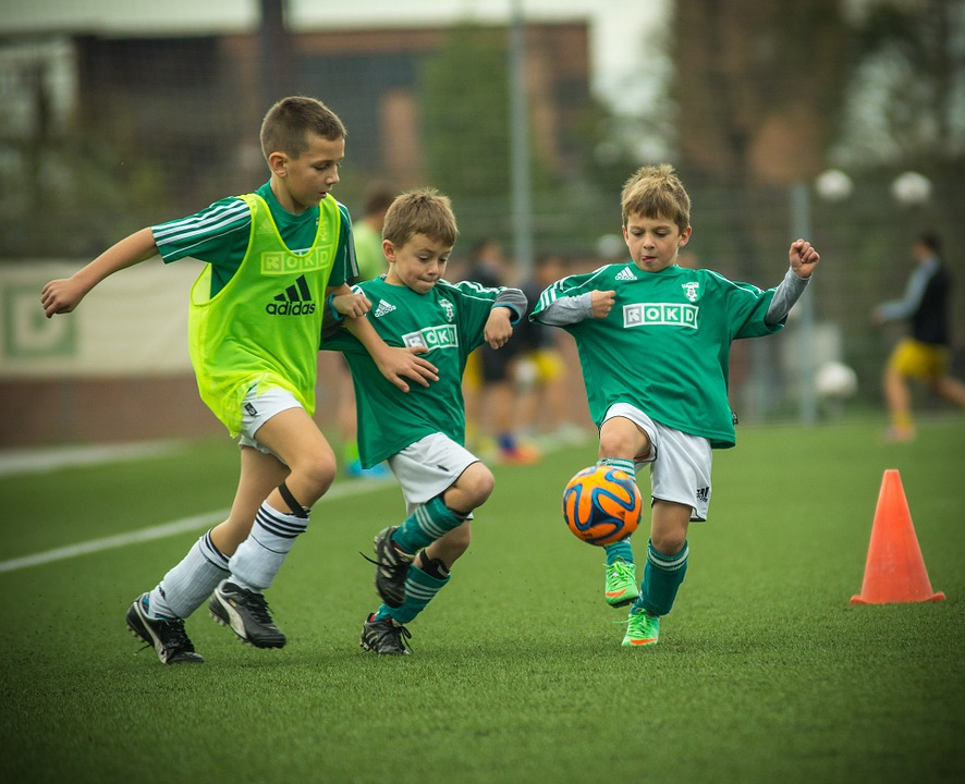 サッカーをする子供達