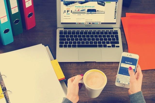 Ordenador Portátil, Iphone, Espacio De Trabajo, Manos