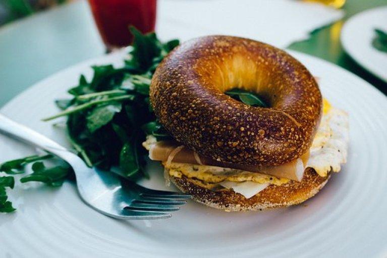 I bagels sono dei panini di origine ebraica molto diffusi in America, possono essere consumati a colazione o a per un pranzo leggero