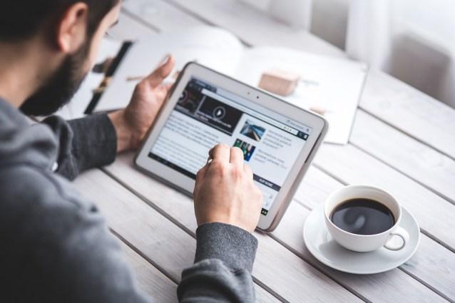 Uomo, Lettura, Touchscreen, Blog, Digitale, Compressa