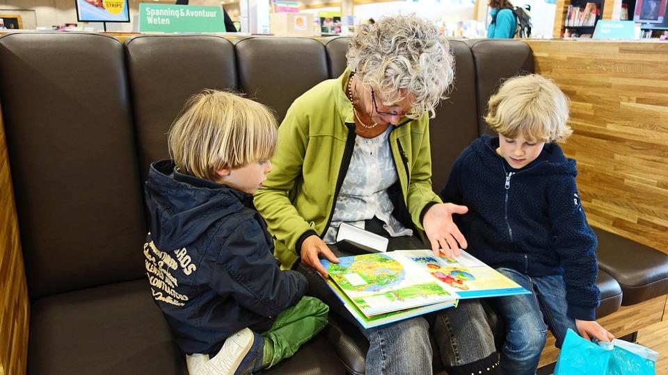 孫に本を読み聞かせるおばあちゃん