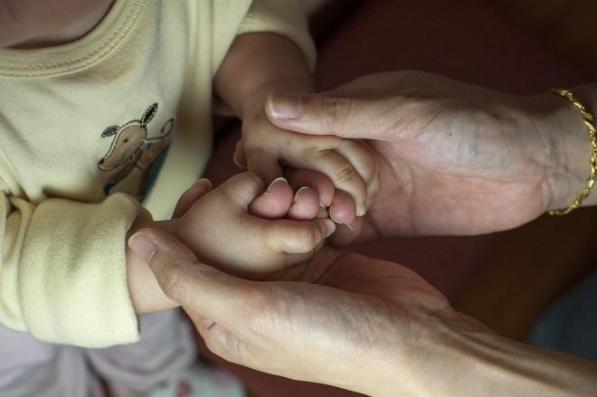 Mẹ Và Con Trai, Em Bé, Tay