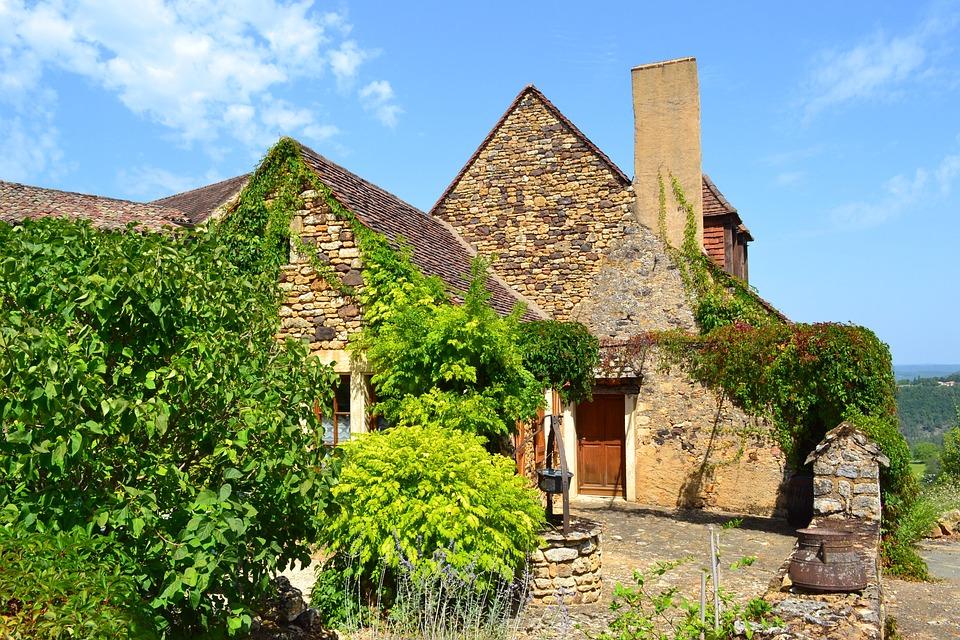 Maison Médiévale, Puits, Cheminée, Village Médiéval