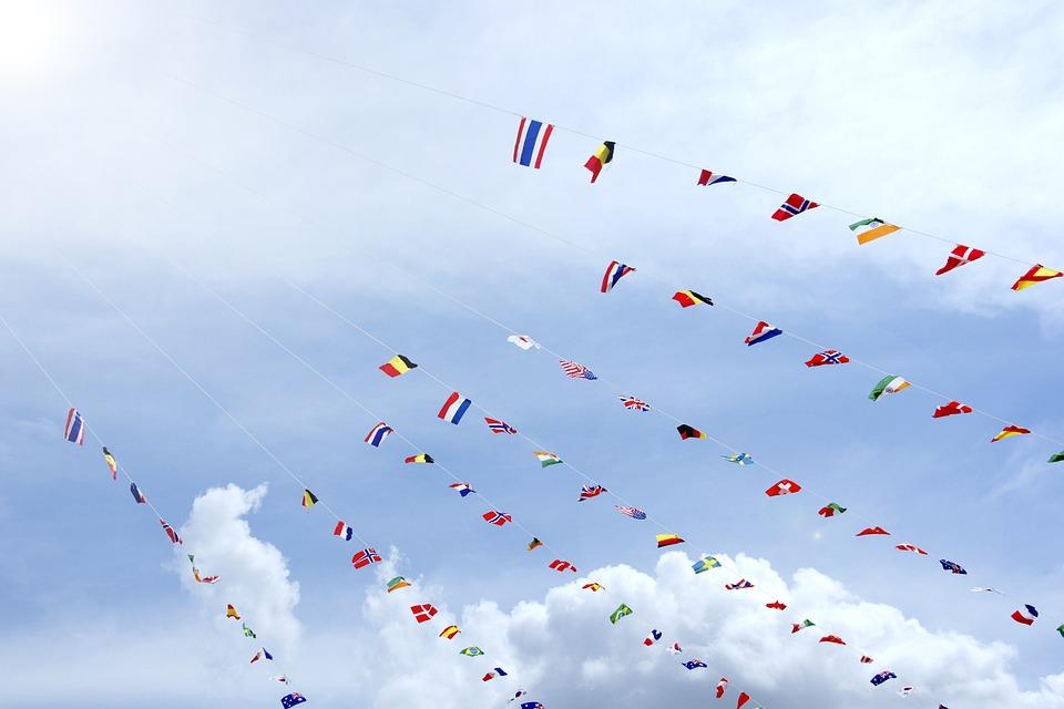 青空の下の万国旗