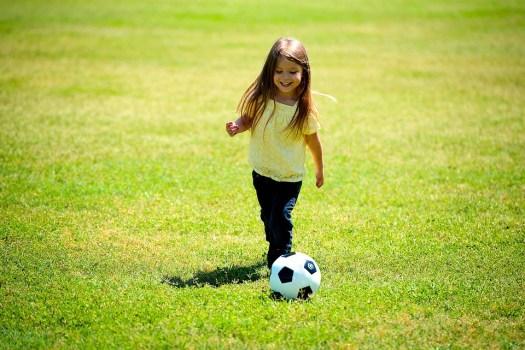 Ragazza, Giocando, Calcio, Palla, Felice, Divertimento