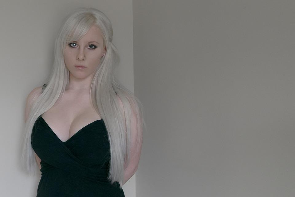 Kostenloses Foto Traurige Frau Blonde Frau Suchen