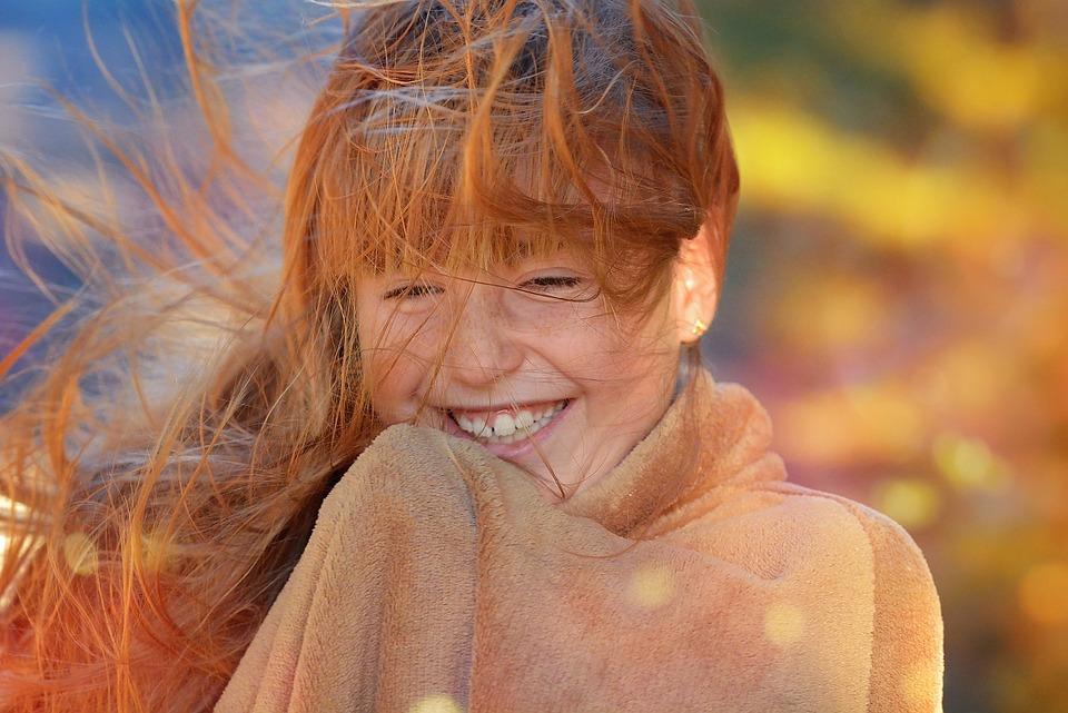 人, 人間, 女性, 女の子, 顔, 髪, 風, 髪をなびかせて, 笑う, 陽気な, 幸せです, 秋, 照明