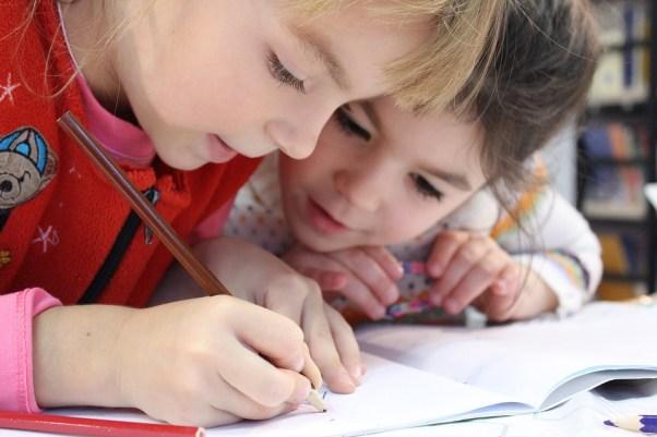 子供, 女の子, 鉛筆, 描画, ノートブック, 研究, お友達と, 手, 小児期, 喜び, 学校, レッスン