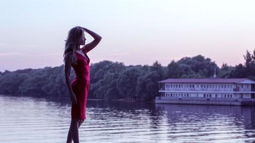 Ragazza In Vestito Rosso, Sulla Sponda, Mani, Modello
