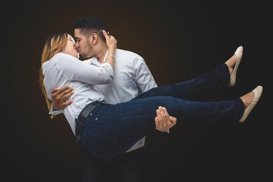 hot kiss shayari,kissing shayari images, kissing images,hot couples kissing,