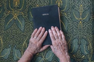 聖書, 本, 手, 高齢者の手, 古い聖書, 年, デザイン, お年寄り, 指, 聖なる, 人, 宗教