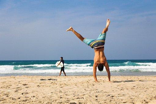 逆立ち, ビーチ, 海, 砂, 運動, 若いです, フィットネス, 自然, 太陽