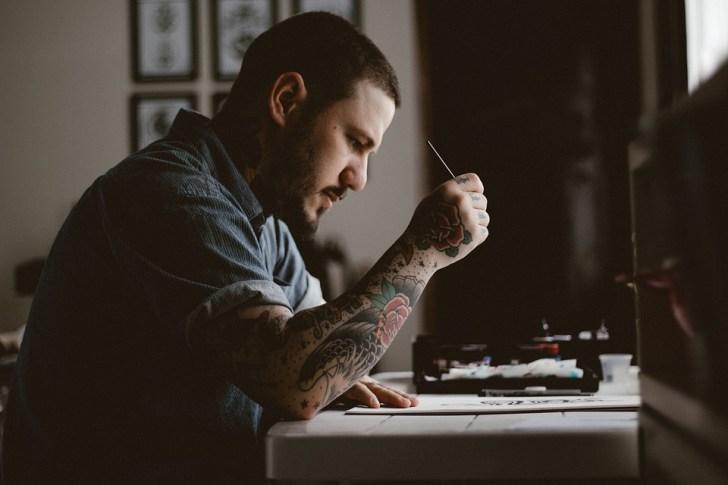 人, 男, タトゥー, 描画, デザイン, アーティスト, アート, ペン, 紙, テーブル, 茶色の紙