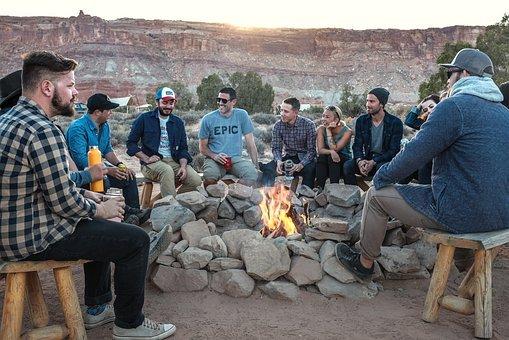 Menschen, Männer, Feuer, Flamme, Camping und Auszahlung eines Kredites.