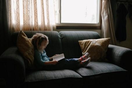 子ども, 人, 女の子, 子, 座っている, ソファ, 枕, 読書, 本, 聖書, ウィンドウ, ガラス