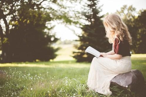 女の子, 本, 座っている, だけで, 石, 読書, 聖書, 自然, 草, 公園, 読書の女の子, リーダー