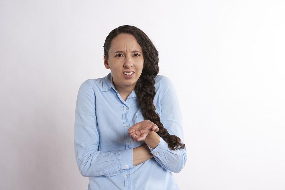 腹, 女性, 激怒, 怒って, 狂牛病, 動揺, 人, 若いです, 分離, 大人, 探している, ビジネス