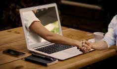 Händedruck, Hände, Laptop, Monitor Kredite online.