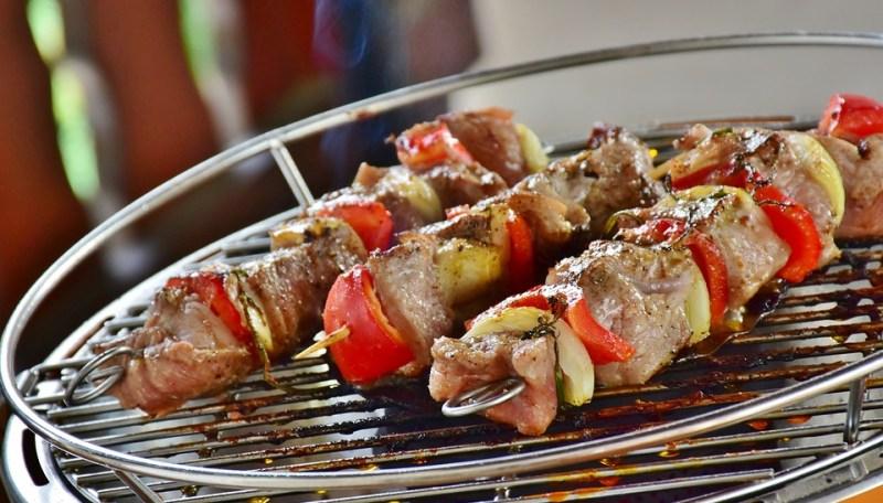 Spiedini di carne e verdura piatto estivo da cuocere sul grill