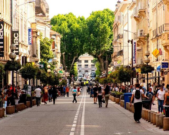 vieille-ville-intra-muros-rue-de-la-republique-avignon