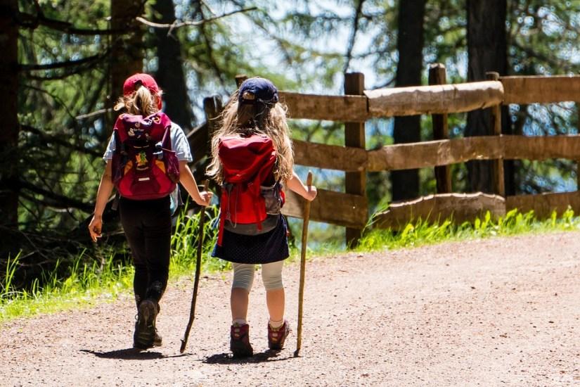 Deux enfants sur le chemin de la rentrée