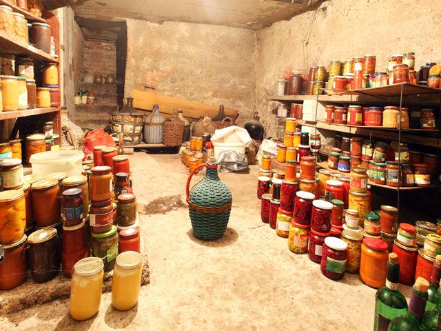 Graças ao baixo teor de umidade e de sua acidez elevada, o mel em recipientes hermeticamente fechados mantém as suas qualidades por milênios. Os arqueólogos encontraram mel com 5000 anos!
