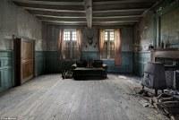 Creepy House Living Room | www.lightneasy.net