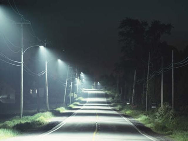 Na sua rua, a iluminação está péssima. Quem você vai xingar?