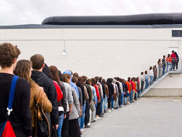 A fila do posto de saúde está imensa. A quem você dedica seu post revoltadíssimo no Facebook sobre o tema?