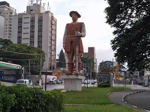 Com 10 metros de altura, a escultura de autoria de Júlio Guerra em homenagem ao Bandeirante é revestida de pedras brasileiras.